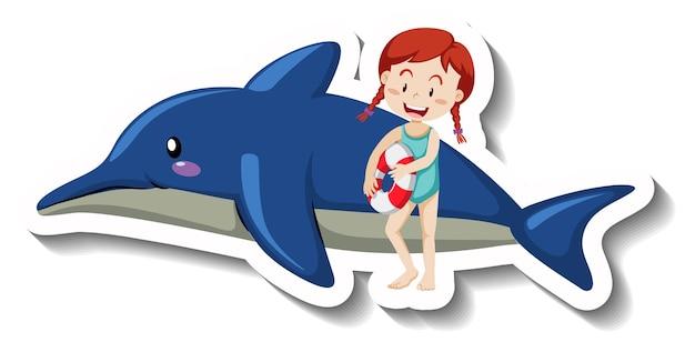 Mała dziewczynka w stroju kąpielowym z nadmuchiwanym delfinem