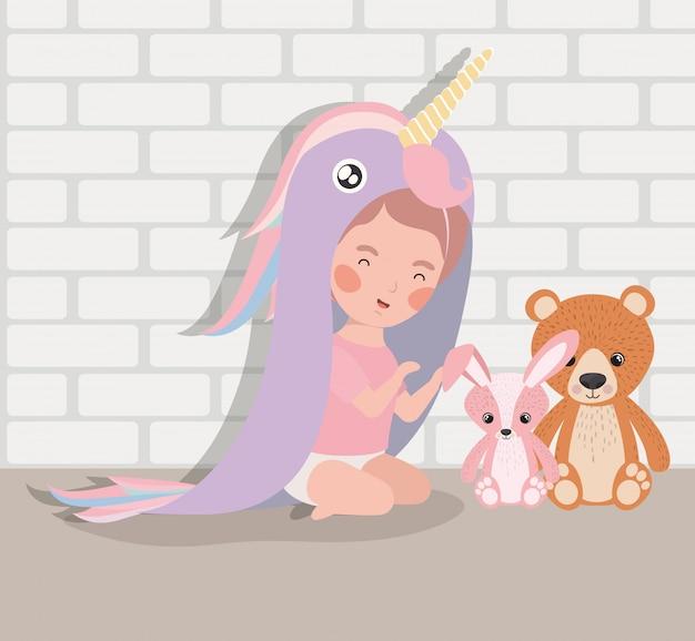 Mała dziewczynka z wypchanymi zabawkami i kostiumem
