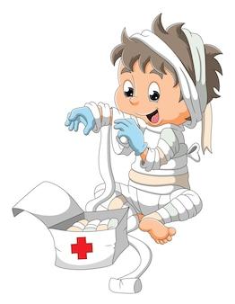 Mała mumia bawi się medycznym bandażem ilustracji