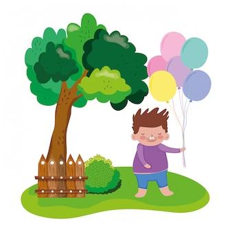 Mała pyzata chłopiec z balonu helem w krajobrazie