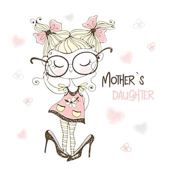 Mała śliczna dziewczyna pozuje w dużych butach jej matki. córka matki