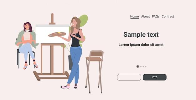 Malarz mienie paleta artystka stojąca przed obrazem sztalugi portret dziewczyny model siedzi na krześle i pozowanie sztuka hobby koncepcja poziomej pełnej długości