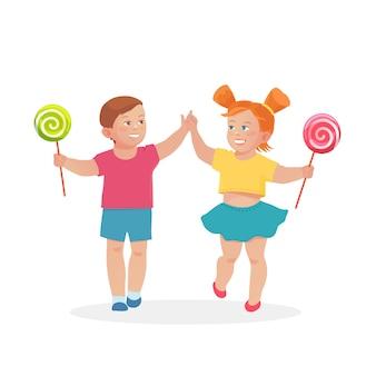 Małe dzieci chłopiec i dziewczynka trzymając się za ręce