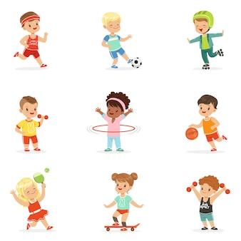Małe dzieci grające w gry sportowe i cieszące się różnymi ćwiczeniami sportowymi na świeżym powietrzu oraz w siłowni zestaw kreskówek