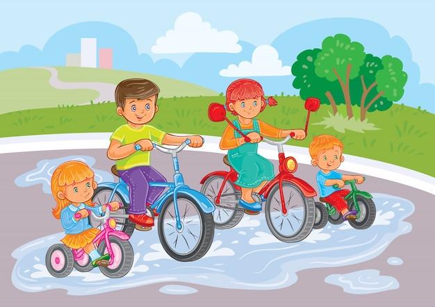 Małe dzieci jeździć na rowerze w parku