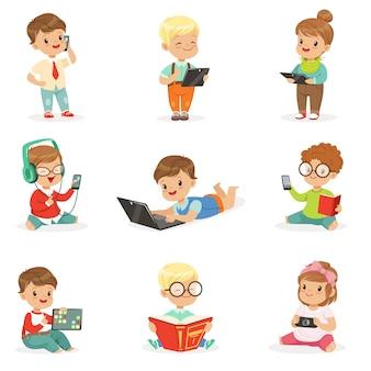 Małe dzieci korzystające z nowoczesnych gadżetów i czytania książek, dzieciństwa i technologii zestaw uroczych ilustracji
