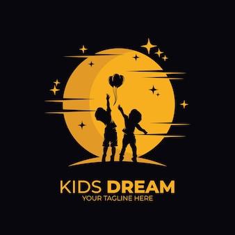Małe dzieci osiągające logo gwiazdy
