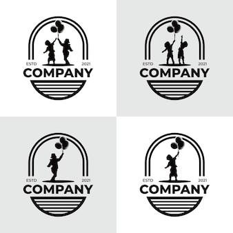 Małe dzieci osiągające wymarzone logo
