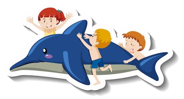 Małe dzieci w strojach kąpielowych z nadmuchiwanym delfinem