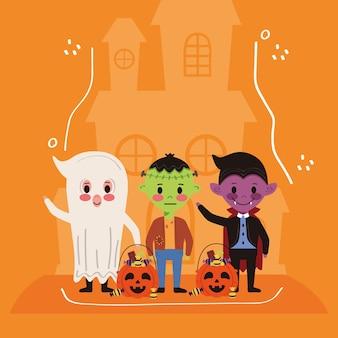 Małe dzieci z postaciami z kostiumów na halloween i nawiedzonym zamkiem