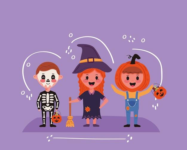 Małe dzieci ze sceną postaci kostiumów na halloween
