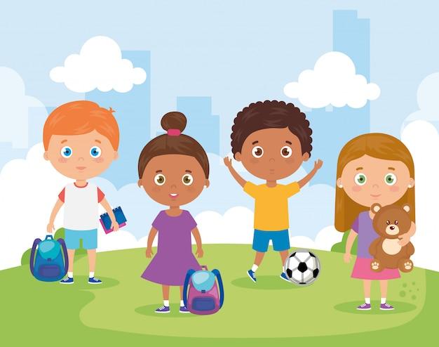 Małe grupy dzieci bawiące się w parku krajobrazowym