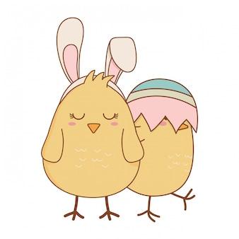 Małe pisklęta z połamanymi jajkami wielkanocne postacie