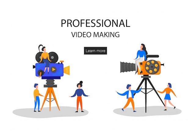 Małe postacie kręcące film. operator używa kamery i personelu z profesjonalnym sprzętem do nagrywania filmów. reżyser z megaphone, people with clapperboard i reel film. ilustracja kreskówka