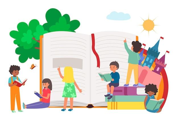 Małe wesołe dzieci razem czytają książkę i podręcznik