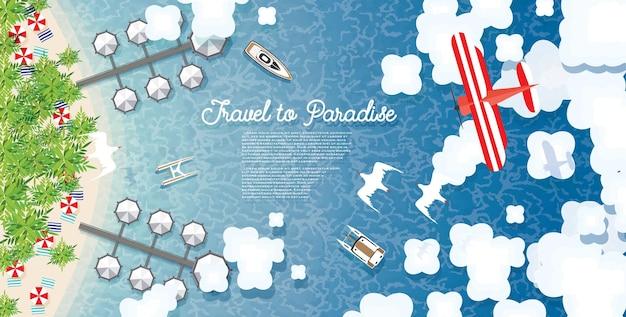 Malediwy z morzem, tropikalną plażą, palmami, hotelem, chmurami i samolotem. widok z lotu ptaka.