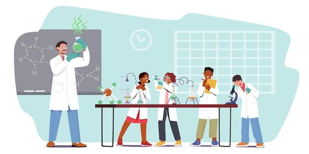 Mali badacze przeprowadzają eksperymenty na zajęciach z chemii. postacie uczniów na lekcji w klasie z nauczycielem