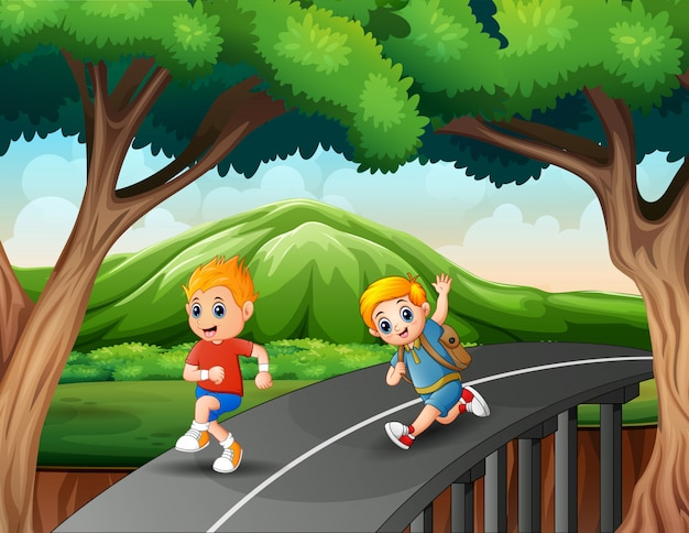 Mali chłopcy biegający po drodze