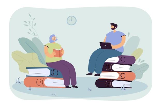 Mali ludzie czytający książki