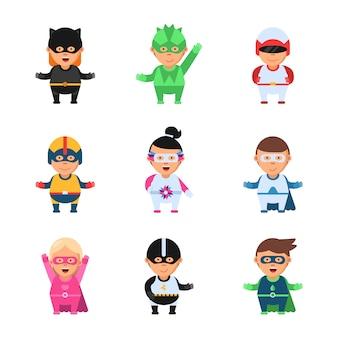 Mali superbohaterowie. bohater komiks kreskówka 2d postaci dzieci w kolorowe maski gry zabawki sprite postacie na białym tle