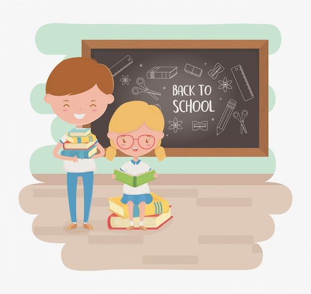 Mali ucznie dobierają się z chalkboard i szkolnymi dostawami