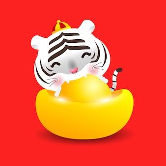 Mały biały tygrys z chińskimi sztabkami złota