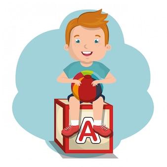 Mały chłopiec bawi się postać z zabawkami