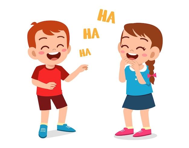 Mały chłopiec i dziewczynka śmieją się razem