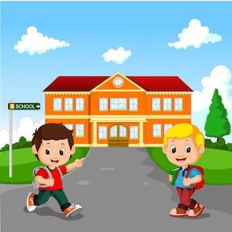 Mały chłopiec idzie do szkoły
