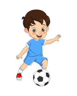 Mały chłopiec kreskówka gra w piłkę nożną na białym tle