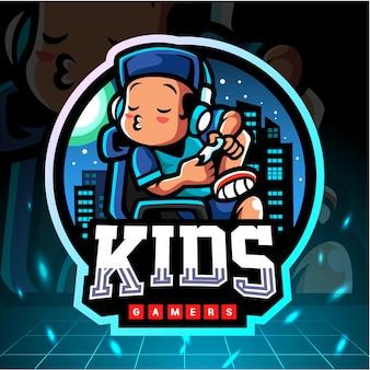 Mały chłopiec maskotka grając w gry. logo esport