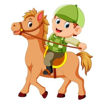 Mały chłopiec na koniu kucyk