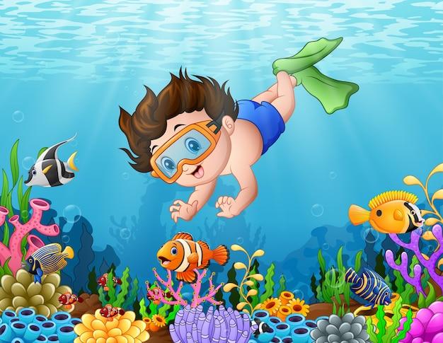 Mały chłopiec nurkowanie w morzu