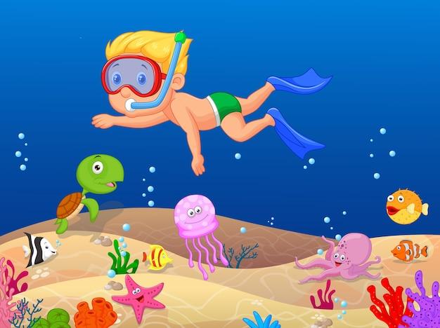 Mały chłopiec nurkowanie w oceanie