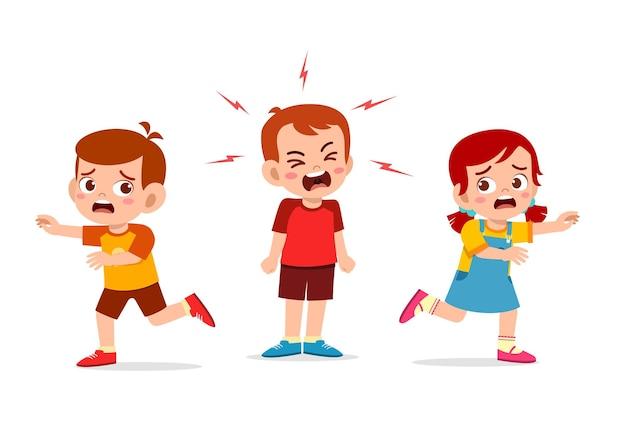 Mały chłopiec płacze i krzyczy tak głośno, że jego przyjaciel ucieka