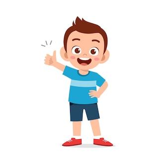 Mały chłopiec pokaż umowę z kciukiem do góry ręką gest