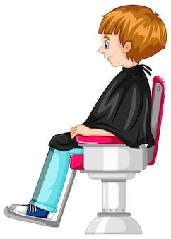 Mały chłopiec siedzi na krześle fryzjerskim