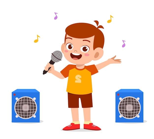 Mały chłopiec śpiewa piękną piosenkę na scenie