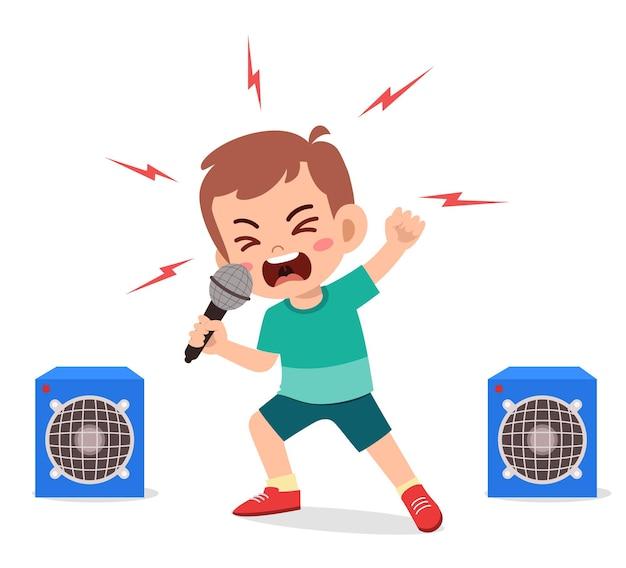 Mały chłopiec śpiewa piosenkę na scenie i krzyczy