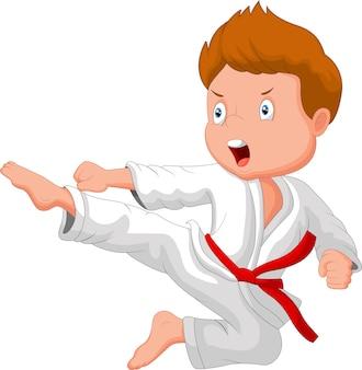 Mały chłopiec trenuje karate