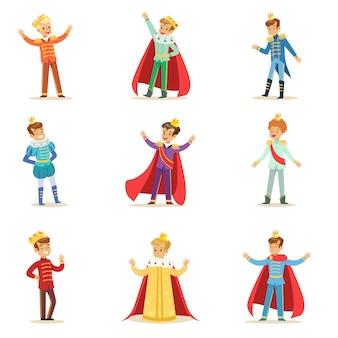 Mały chłopiec w kostiumie księcia z koroną i płaszczem zestaw uroczych dzieci przebranych za ilustracje królewskie