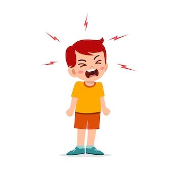 Mały chłopiec wpada w złość i krzyczy bardzo głośno
