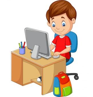 Mały chłopiec z komputerem osobistym