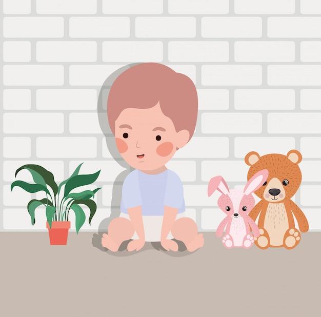 Mały chłopiec z nadziewanymi zabawkami