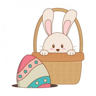 Mały królik z jajkiem malował easter w koszu