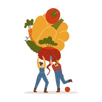 Mały mężczyzna i kobieta trzyma stos warzyw pomidor ogórek marchew burak na białym tle...