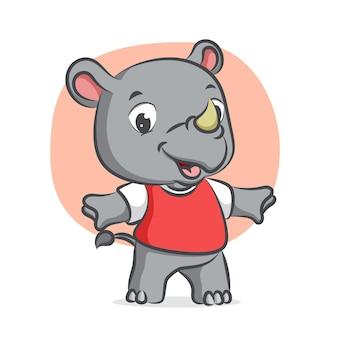 Mały nosorożec rozgrzewa się z radosnym wyrazem