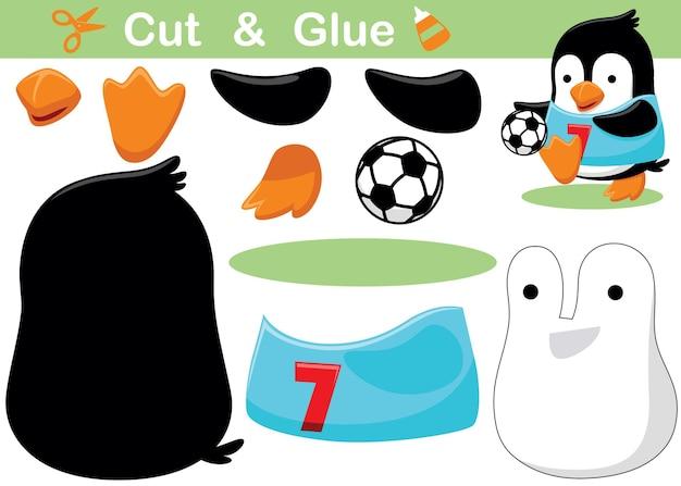 Mały pingwin grający w piłkę nożną. papierowa gra edukacyjna dla dzieci. wycięcie i klejenie. ilustracja kreskówka