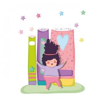 Mały pyzaty chłopiec z książkami
