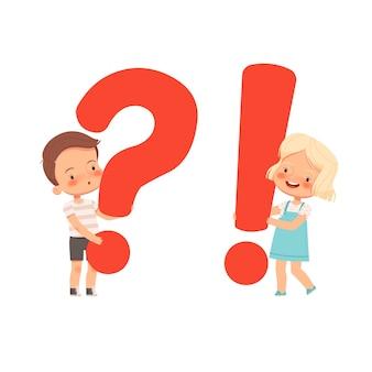 Mały śliczny chłopiec i dziewczynka posiadają znaki zapytania i wykrzykniki. koncepcja pytań i odpowiedzi dzieci. ciekawe dzieci. kreskówka mieszkanie. na białym tle na białym tle.